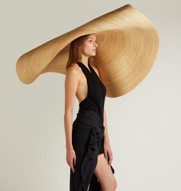El sombrero XXL de Jacquemus que ha revolucionado la moda nupcial ... abaa6845e41